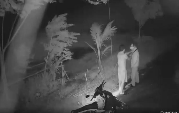 CLIP: Nam thanh niên cầm dao khống chế, đánh đập dã man người đàn ông 66 tuổi - Ảnh 1.