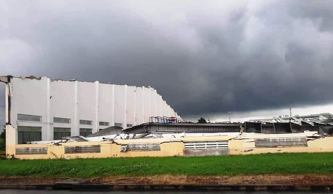 Lốc xoáy kinh hoàng làm sập nhà xưởng Khu Công nghiệp Tân Hương - Ảnh 5.