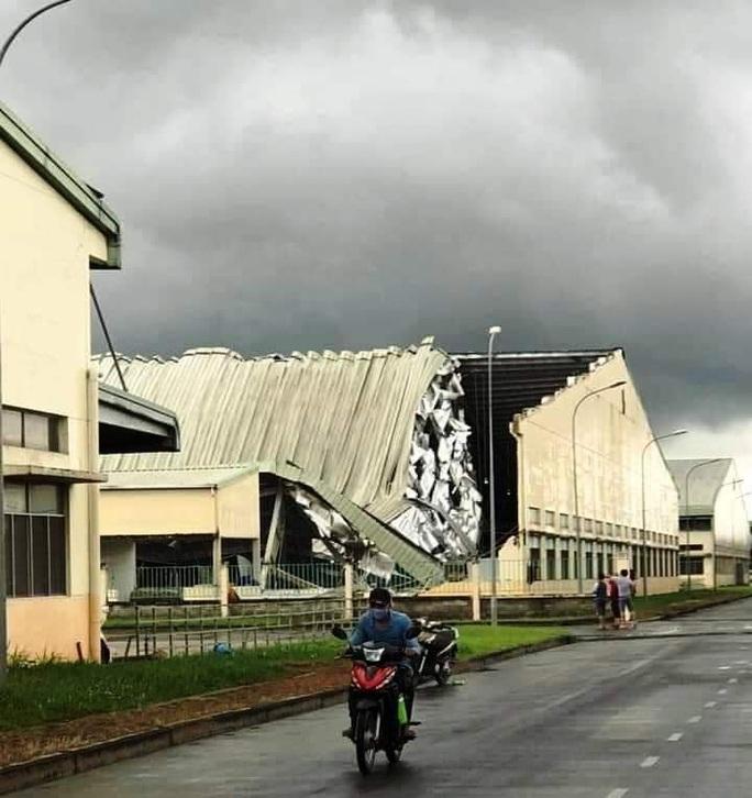 Lốc xoáy kinh hoàng làm sập nhà xưởng Khu Công nghiệp Tân Hương - Ảnh 2.
