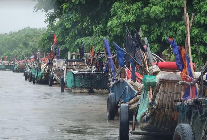 CLIP: Ngư dân Nghệ An hối hả kéo thuyền bè lên bờ tránh bão số 7 - Ảnh 5.