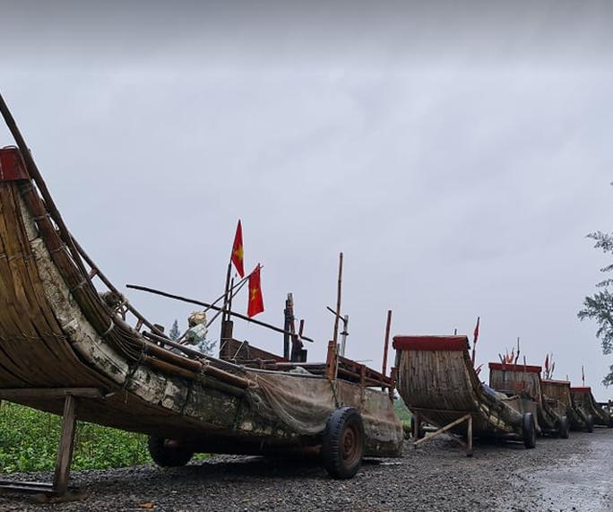 CLIP: Ngư dân Nghệ An hối hả kéo thuyền bè lên bờ tránh bão số 7 - Ảnh 6.