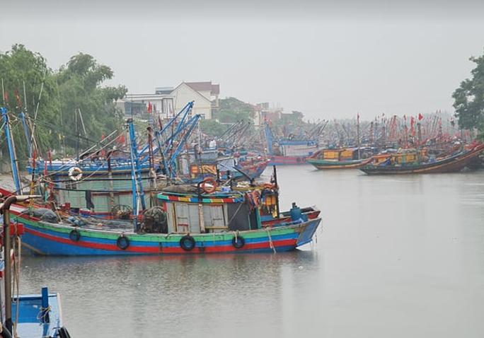 CLIP: Ngư dân Nghệ An hối hả kéo thuyền bè lên bờ tránh bão số 7 - Ảnh 3.