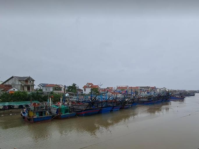 CLIP: Ngư dân Nghệ An hối hả kéo thuyền bè lên bờ tránh bão số 7 - Ảnh 1.