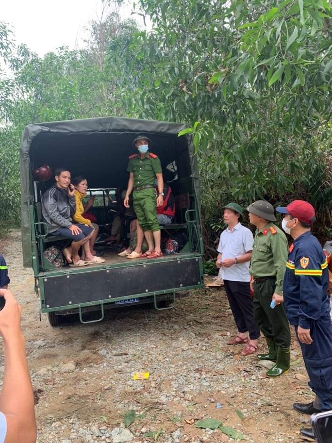 Đưa được 19 người và thi thể một công nhân Thủy điện Rào Trăng 3 ra khỏi rừng - Ảnh 3.