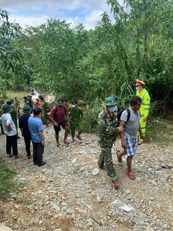 Đưa được 19 người và thi thể một công nhân Thủy điện Rào Trăng 3 ra khỏi rừng - Ảnh 2.