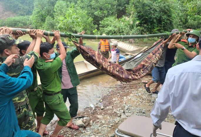 Đưa được 19 người và thi thể một công nhân Thủy điện Rào Trăng 3 ra khỏi rừng - Ảnh 1.