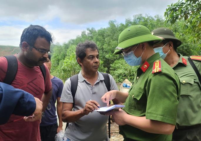 Đưa được 19 người và thi thể một công nhân Thủy điện Rào Trăng 3 ra khỏi rừng - Ảnh 6.