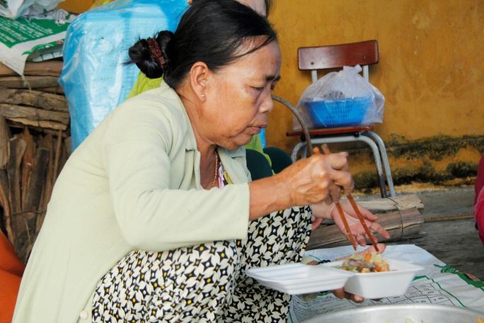 Phóng sự ảnh người dân tặng vịt, nấu ăn miễn phí cho đội cứu nạn ở Rào Trăng 3 - Ảnh 4.