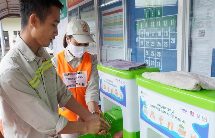 Hơn 15.000 công nhân rửa tay với xà phòng ngừa Covid-19 - Ảnh 1.