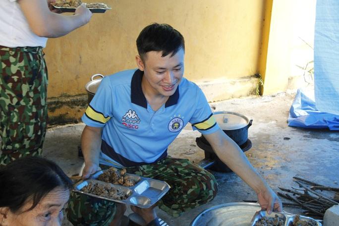 Phóng sự ảnh người dân tặng vịt, nấu ăn miễn phí cho đội cứu nạn ở Rào Trăng 3 - Ảnh 11.