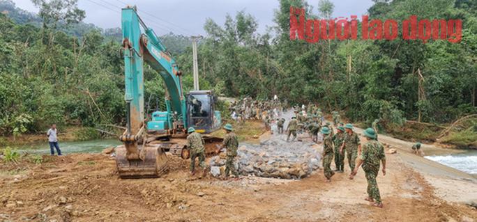 Vụ Rào Trăng 3:  Đã phát hiện một thi thể bị vùi lấp dưới đất đá khu vực sạt lở trạm kiểm lâm 67 - Ảnh 6.
