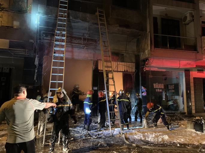 CLIP: Nghẹt thở giải cứu 5 người trong vụ cháy cửa hàng gas - Ảnh 3.