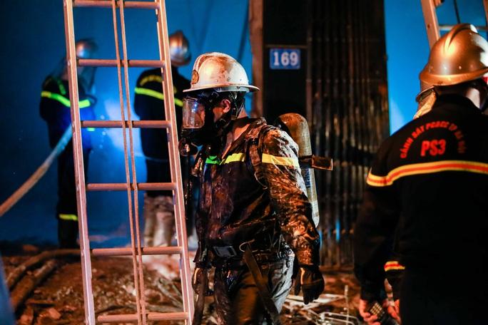 CLIP: Nghẹt thở giải cứu 5 người trong vụ cháy cửa hàng gas - Ảnh 4.