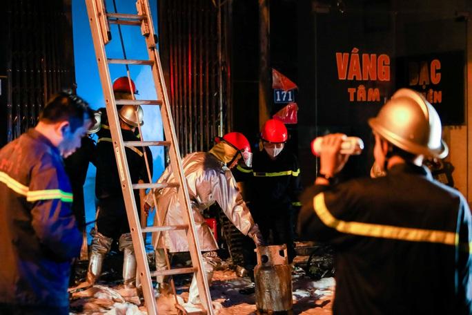 CLIP: Nghẹt thở giải cứu 5 người trong vụ cháy cửa hàng gas - Ảnh 5.