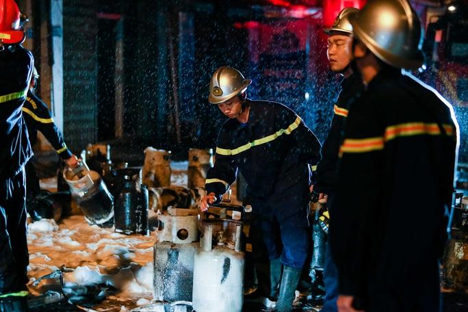 CLIP: Nghẹt thở giải cứu 5 người trong vụ cháy cửa hàng gas - Ảnh 7.