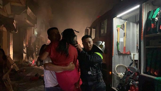 CLIP: Nghẹt thở giải cứu 5 người trong vụ cháy cửa hàng gas - Ảnh 6.