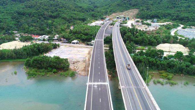 Vụ tai nạn kinh hoàng trên đường tránh Hải Vân: Mở tạm tuyến đường chưa khai thác - Ảnh 1.