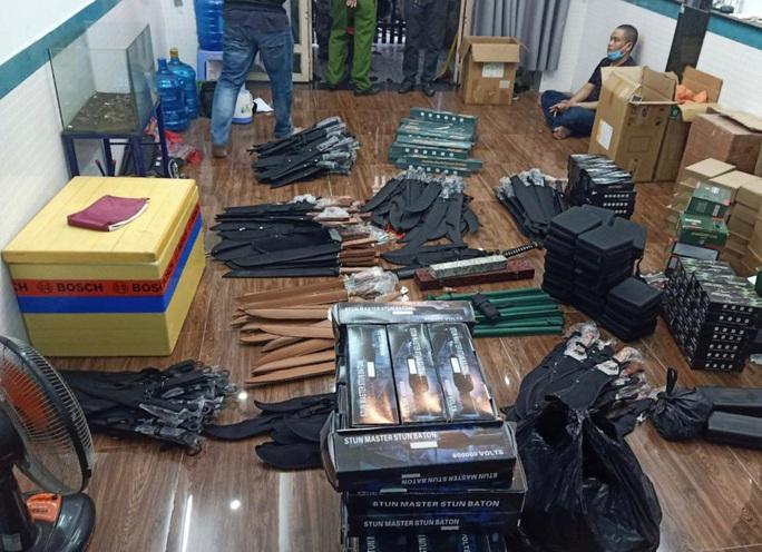 Bắt đối tượng mang súng đi bán, phát hiện ra kho vũ khí ở vùng ven - Ảnh 2.