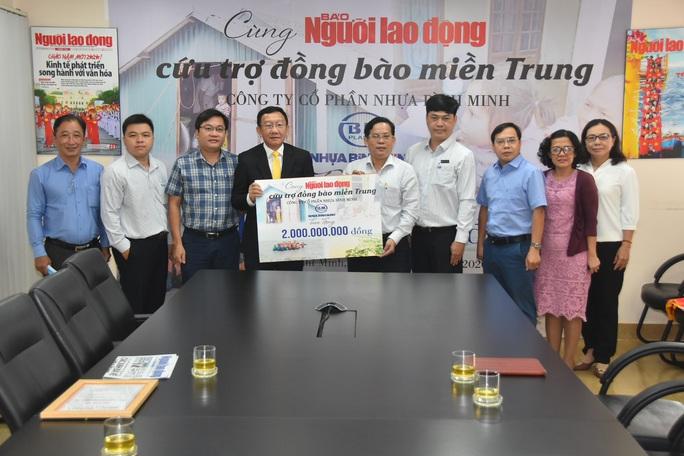Thông qua Báo Người Lao Động, Công ty CP Nhựa Bình Minh ủng hộ đồng bào vùng lũ 2 tỉ đồng - Ảnh 2.