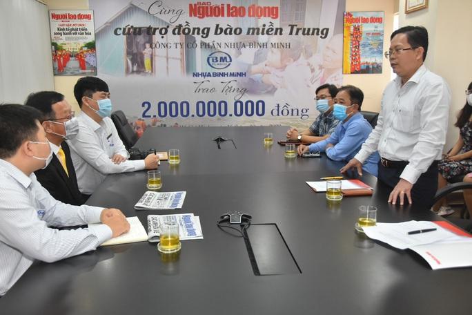 Thông qua Báo Người Lao Động, Công ty CP Nhựa Bình Minh ủng hộ đồng bào vùng lũ 2 tỉ đồng - Ảnh 1.