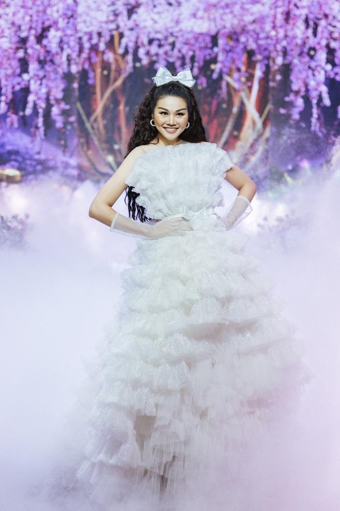 Hết khoe thân, showbiz đẹp với hình ảnh công chúa - Ảnh 11.
