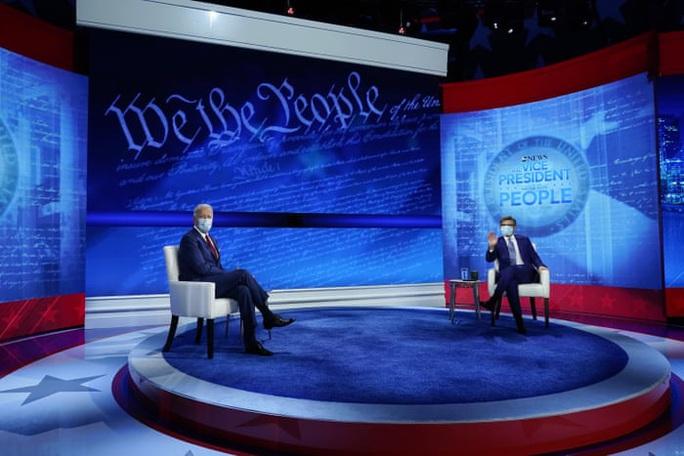 Ứng viên Joe Biden có hành động đẹp trong phiên hỏi đáp của cử tri - Ảnh 1.
