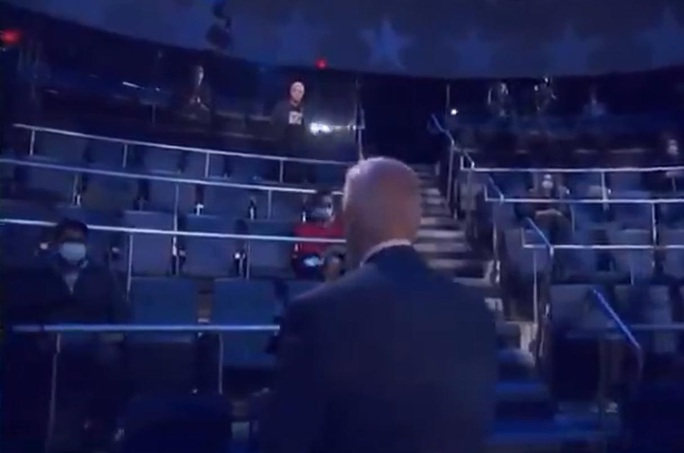 Ứng viên Joe Biden có hành động đẹp trong phiên hỏi đáp của cử tri - Ảnh 3.