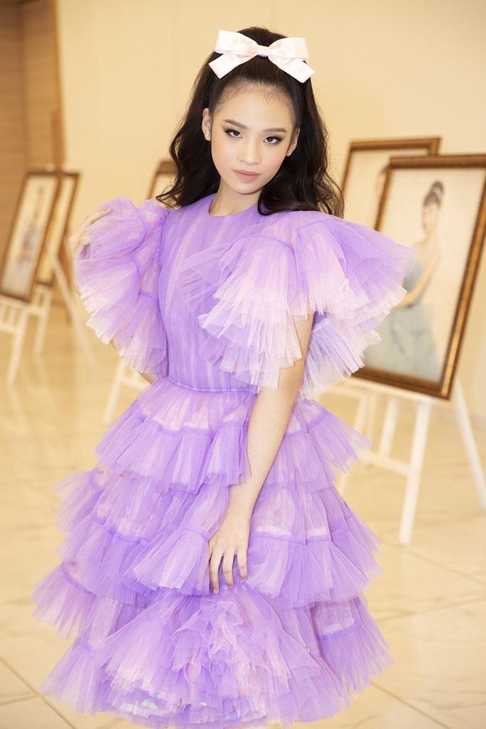 Hết khoe thân, showbiz đẹp với hình ảnh công chúa - Ảnh 9.