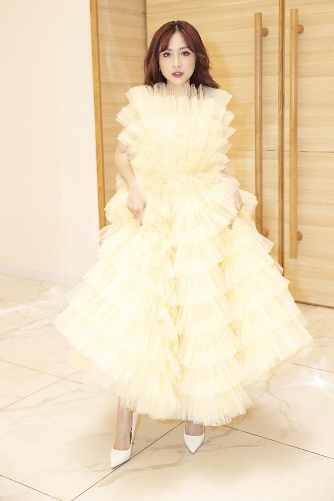 Hết khoe thân, showbiz đẹp với hình ảnh công chúa - Ảnh 10.