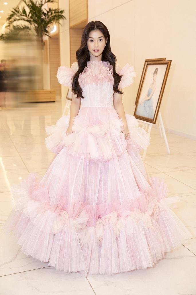 Hết khoe thân, showbiz đẹp với hình ảnh công chúa - Ảnh 7.