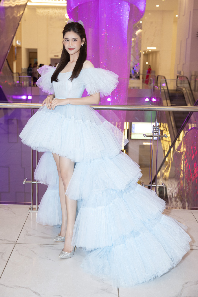 Hết khoe thân, showbiz đẹp với hình ảnh công chúa - Ảnh 2.