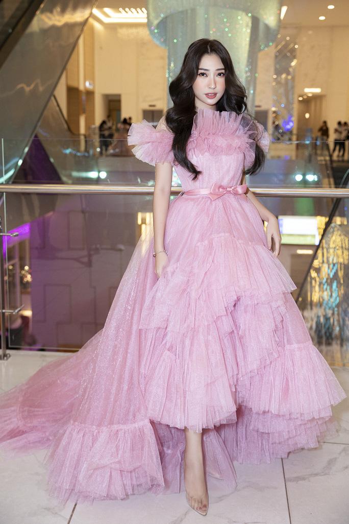 Hết khoe thân, showbiz đẹp với hình ảnh công chúa - Ảnh 4.