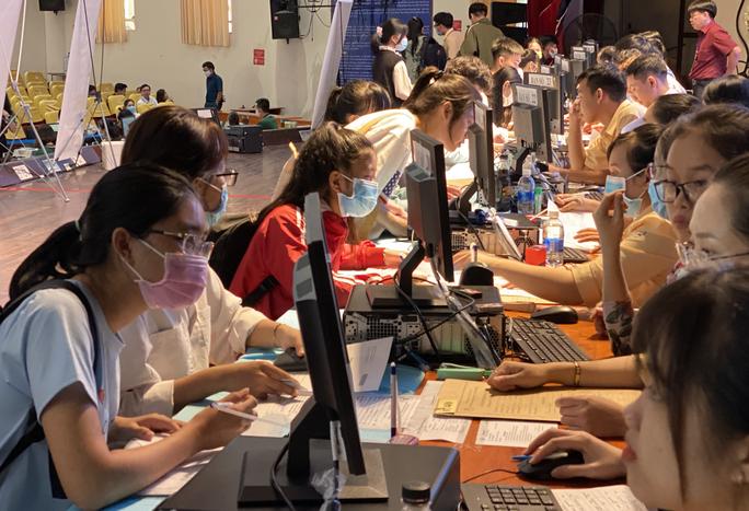 Trường ĐH Ngân hàng TP HCM tuyển vượt chỉ tiêu - Ảnh 1.