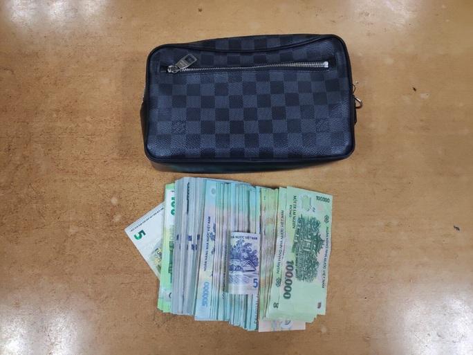 Hành khách bỏ quên ví Louis Vuitton có 350 triệu đồng tại sảnh sân bay Nội Bài - Ảnh 1.