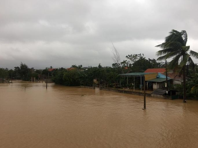 Lũ lịch sử ở Quảng Bình: Hơn 34.000 nhà dân ngập lụt, dân cuống cuồng chạy lũ trong đêm - Ảnh 4.