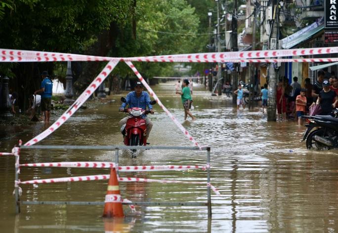 Ghe đò nườm nượp bên trong TP Huế, nước chảy rất xiết - Ảnh 13.