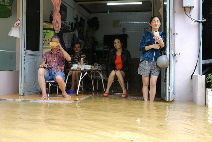 Ghe đò nườm nượp bên trong TP Huế, nước chảy rất xiết - Ảnh 10.