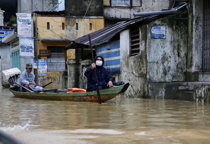 Ghe đò nườm nượp bên trong TP Huế, nước chảy rất xiết - Ảnh 11.