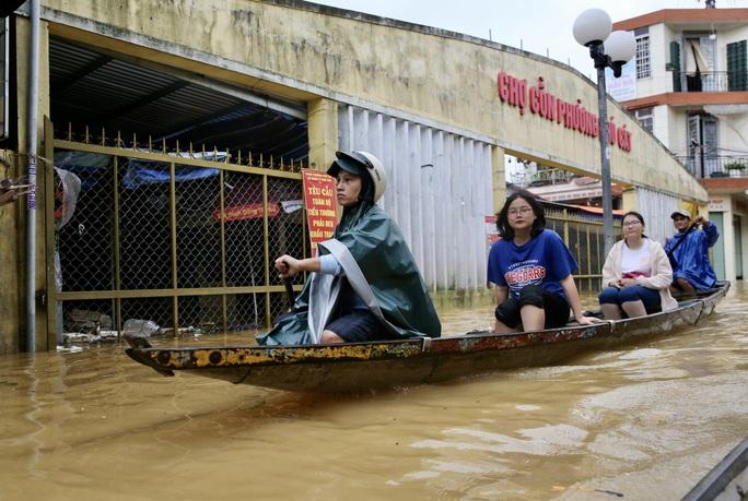 Ghe đò nườm nượp bên trong TP Huế, nước chảy rất xiết - Ảnh 3.
