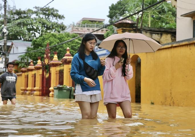 Ghe đò nườm nượp bên trong TP Huế, nước chảy rất xiết - Ảnh 7.