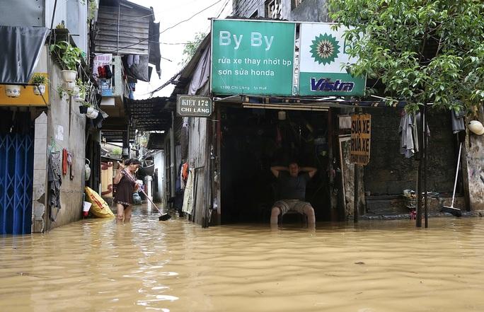 Ghe đò nườm nượp bên trong TP Huế, nước chảy rất xiết - Ảnh 9.