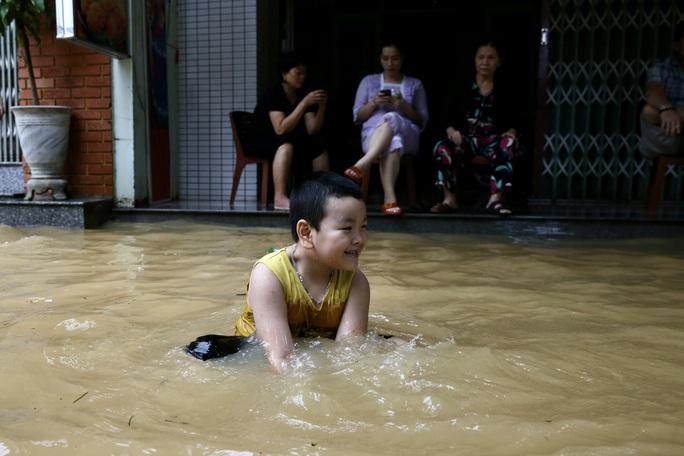 Ghe đò nườm nượp bên trong TP Huế, nước chảy rất xiết - Ảnh 12.