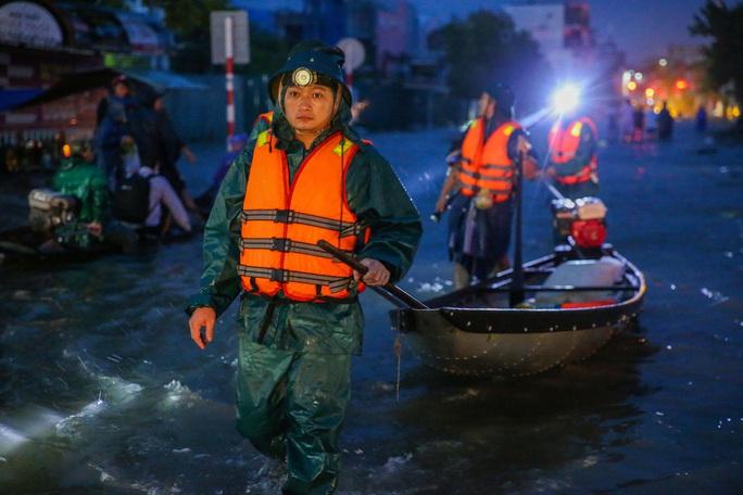 Vùng rốn lũ TP Huế, người dân di chuyển chủ yếu bằng thuyền, bè - Ảnh 7.