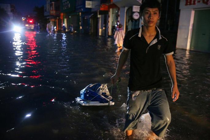 Vùng rốn lũ TP Huế, người dân di chuyển chủ yếu bằng thuyền, bè - Ảnh 3.