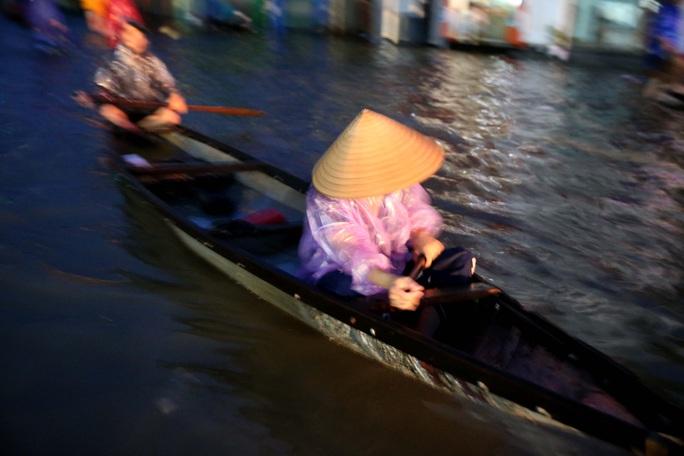 Vùng rốn lũ TP Huế, người dân di chuyển chủ yếu bằng thuyền, bè - Ảnh 2.