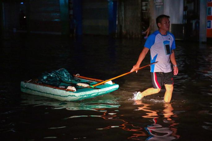 Vùng rốn lũ TP Huế, người dân di chuyển chủ yếu bằng thuyền, bè - Ảnh 5.