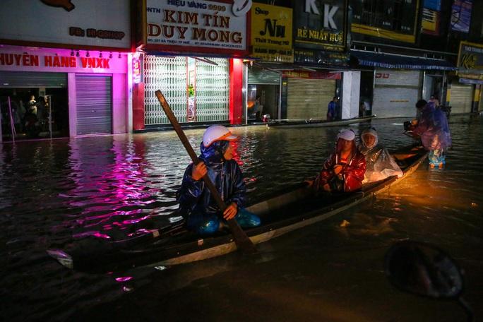 Vùng rốn lũ TP Huế, người dân di chuyển chủ yếu bằng thuyền, bè - Ảnh 6.
