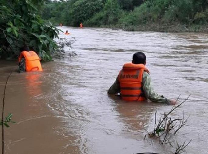 Lật thuyền chở 3 người trên sông Giăng, 1 người bị nước lũ cuốn mất tích - Ảnh 1.