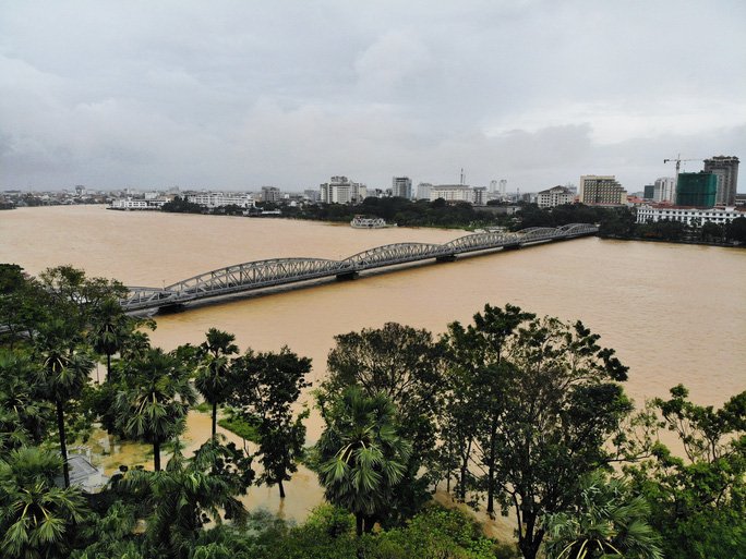 Ghe đò nườm nượp bên trong TP Huế, nước chảy rất xiết - Ảnh 6.