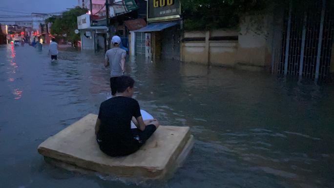 Vùng rốn lũ TP Huế, người dân di chuyển chủ yếu bằng thuyền, bè - Ảnh 4.